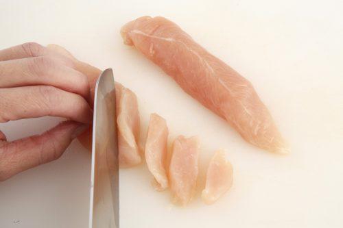 鶏ささみは筋を取り、幅7~8mmの斜め切りにし塩をふって片栗粉をまぶす。卵は溶いておく。