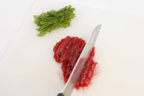 パスタを茹で始める。梅肉は細かく刻み、大葉は細切りにする。